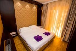 Спальня. Черногория, Бечичи : Современный апартамент в 100 метрах от пляжа, с просторной гостиной, тремя спальнями, двумя ванными комнатами и большим балконом с шикарным видом на море