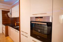 Кухня. Черногория, Бечичи : Современный апартамент в 100 метрах от пляжа, с просторной гостиной, тремя спальнями, двумя ванными комнатами и большим балконом с шикарным видом на море