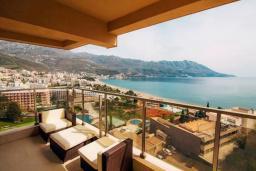 Балкон. Черногория, Бечичи : Современный апартамент в 100 метрах от пляжа, с просторной гостиной, тремя спальнями, двумя ванными комнатами и большим балконом с шикарным видом на море