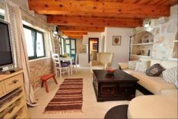 Гостиная. Черногория, Риека Режевичи : Апартамент в комплексе с бассейном и теннисным кортом, с гостиной, отдельной спальней и террасой с видом на море