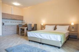 Студия (гостиная+кухня). Черногория, Бечичи : Современная студия с террасой и видом на море, в комплексе с большим бассейном