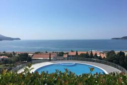 Вид на море. Черногория, Бечичи : Современная студия с террасой и видом на море, в комплексе с большим бассейном