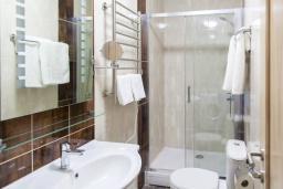 Ванная комната. Черногория, Бечичи : Современная студия с террасой и видом на море, в комплексе с большим бассейном