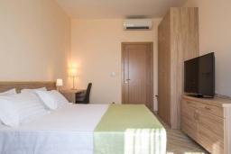Спальня. Черногория, Бечичи : Современный апартамент с гостиной, отдельной спальней, террасой с зеленой лужайкой и видом на море, в комплексе с большим бассейном