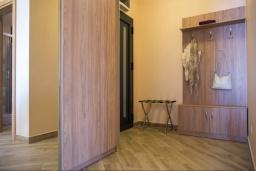 Коридор. Черногория, Бечичи : Современный апартамент с гостиной, отдельной спальней, террасой с зеленой лужайкой и видом на море, в комплексе с большим бассейном