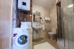 Ванная комната. Черногория, Бечичи : Современный апартамент с гостиной, отдельной спальней, террасой с зеленой лужайкой и видом на море, в комплексе с большим бассейном