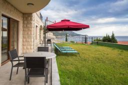 Терраса. Черногория, Бечичи : Современный апартамент с гостиной, отдельной спальней, террасой с зеленой лужайкой и видом на море, в комплексе с большим бассейном