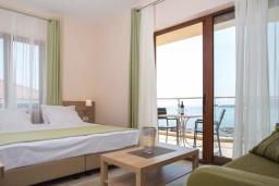Гостиная. Черногория, Бечичи : Современный апартамент с гостиной, отдельной спальней и балконом с видом на море, в комплексе с большим бассейном