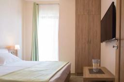 Балкон. Черногория, Бечичи : Современный апартамент с гостиной, отдельной спальней и балконом с видом на море, в комплексе с большим бассейном