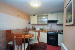 Кухня. Черногория, Доброта : Апартамент с гостиной, отдельной спальней и террасой, в 20 метров до моря