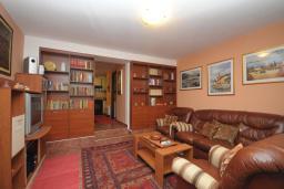 Гостиная. Черногория, Доброта : Апартамент с гостиной, отдельной спальней и террасой, в 20 метров до моря