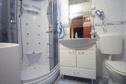 Ванная комната. Черногория, Доброта : Апартамент с гостиной, отдельной спальней и террасой, в 20 метров до моря