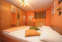 Спальня. Черногория, Доброта : Апартамент с гостиной, отдельной спальней и террасой, в 20 метров до моря