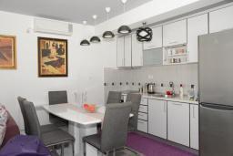 Кухня. Черногория, Доброта : Апартамент с гостиной, отдельной спальней и террасой с видом на море, в 20 метров до пляжа