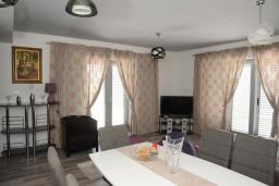 Гостиная. Черногория, Доброта : Апартамент с гостиной, отдельной спальней и террасой с видом на море, в 20 метров до пляжа