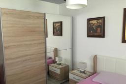 Спальня. Черногория, Доброта : Апартамент с гостиной, отдельной спальней и террасой с видом на море, в 20 метров до пляжа