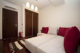 Спальня 2. Черногория, Петровац : Роскошные апартаменты с просторной гостиной, двумя спальнями, двумя ванными комнатами и балконом с видом на море