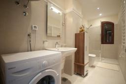 Ванная комната. Черногория, Петровац : Роскошные апартаменты с просторной гостиной, двумя спальнями, двумя ванными комнатами и балконом с видом на море