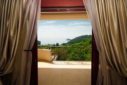 Балкон. Черногория, Петровац : Роскошные апартаменты с просторной гостиной, двумя спальнями, двумя ванными комнатами и балконом с видом на море