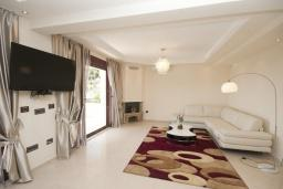 Гостиная. Черногория, Петровац : Роскошные апартаменты с просторной гостиной, двумя спальнями, двумя ванными комнатами и балконом с видом на море