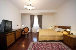 Спальня. Черногория, Петровац : Роскошные апартаменты с просторной гостиной, двумя спальнями, двумя ванными комнатами и балконом с видом на море