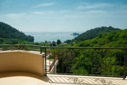 Вид на море. Черногория, Петровац : Роскошные апартаменты с просторной гостиной, двумя спальнями, двумя ванными комнатами и балконом с видом на море