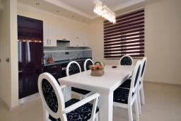 Кухня. Черногория, Петровац : Роскошные апартаменты с просторной гостиной, двумя спальнями, двумя ванными комнатами и балконом с видом на море