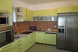 Кухня. Черногория, Петровац : Прекрасная вилла с бассейном и видом на море, 5 спален, 5 ванных комнат, барбекю, Wi-Fi