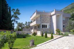 Фасад дома. Черногория, Риека Режевичи : Современная вилла с бассейном и зеленым двориком, 4 спальни, 4 ванные комнаты, барбекю, парковка, Wi-Fi