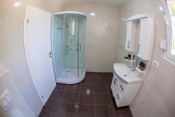 Ванная комната. Черногория, Риека Режевичи : Современная вилла с бассейном и зеленым двориком, 4 спальни, 4 ванные комнаты, барбекю, парковка, Wi-Fi