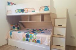 Спальня 3. Черногория, Подгорица : Вилла с бассейном и видом на горы, 6 спален, 3 ванные комнаты, барбекю, парковка, Wi-Fi