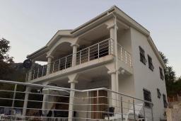 Фасад дома. Черногория, Подгорица : Вилла с бассейном и видом на горы, 6 спален, 3 ванные комнаты, барбекю, парковка, Wi-Fi