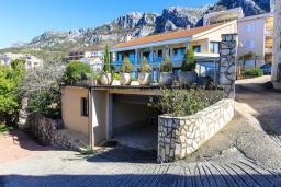 Парковка. Черногория, Святой Стефан : Современная вилла с бассейном и двориком, 2 гостиные, 4 спальни, 4 ванные комнаты, барбекю, гараж, Wi-Fi