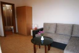 Студия (гостиная+кухня). Черногория, Будва : Каменный домик в комплексе с бассейном и видом на море, барбекю, парковка, Wi-Fi