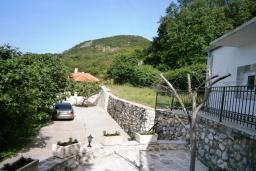 Территория. Черногория, Будва : Каменный домик в комплексе с бассейном и видом на море, барбекю, парковка, Wi-Fi