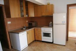 Кухня. Черногория, Будва : Каменный дом в комплексе с бассейном и видом на море, просторная гостиная, отдельная спальня, барбекю, парковка, Wi-Fi