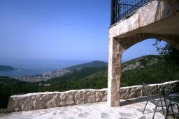Терраса. Черногория, Будва : Каменный дом в комплексе с бассейном и видом на море, просторная гостиная, отдельная спальня, барбекю, парковка, Wi-Fi