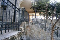 Фасад дома. Черногория, Будва : Каменный дом в комплексе с бассейном и видом на море, просторная гостиная, отдельная спальня, барбекю, парковка, Wi-Fi