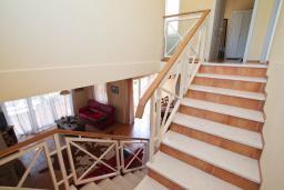 Лестница наверх. Черногория, Бигова : Уютная вилла в комплексе с бассейном, 3 спальни, 2 ванные комнаты, патио, барбекю, зеленый дворик, парковка, Wi-Fi