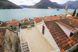 Вид на море. Черногория, Пераст : Каменный дом в 100 метрах от пляжа, с двориком и террасой с видом на море, 3 спальни, 3 ванные комнаты, барбекю, Wi-Fi