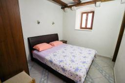 Спальня. Черногория, Пераст : Каменный дом в 100 метрах от пляжа, с двориком и террасой с видом на море, 3 спальни, 3 ванные комнаты, барбекю, Wi-Fi