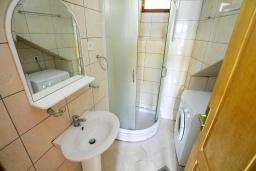 Ванная комната 2. Черногория, Пераст : Каменный дом в 100 метрах от пляжа, с двориком и террасой с видом на море, 3 спальни, 3 ванные комнаты, барбекю, Wi-Fi