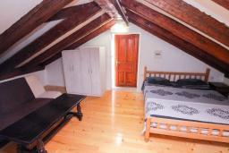 Спальня 3. Черногория, Пераст : Каменный дом в 100 метрах от пляжа, с двориком и террасой с видом на море, 3 спальни, 3 ванные комнаты, барбекю, Wi-Fi