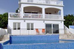 Фасад дома. Черногория, Бигова : Прекрасная вилла с бассейном и видом на море, в 100 метрах от пляжа, 2 гостиные, 4 спальни, 4 ванные комнаты, барбекю, парковка на 3 машины, Wi-Fi