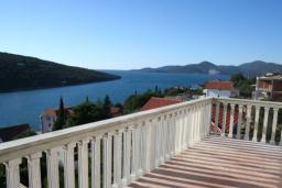Вид на море. Черногория, Бигова : Прекрасная вилла с бассейном и видом на море, в 100 метрах от пляжа, 2 гостиные, 4 спальни, 4 ванные комнаты, барбекю, парковка на 3 машины, Wi-Fi