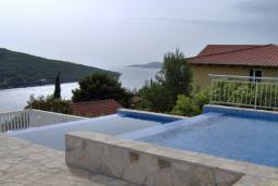 Бассейн. Черногория, Бигова : Прекрасная вилла с бассейном и видом на море, в 100 метрах от пляжа, 2 гостиные, 4 спальни, 4 ванные комнаты, барбекю, парковка на 3 машины, Wi-Fi