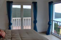 Спальня. Черногория, Бигова : Прекрасная вилла с бассейном и видом на море, в 100 метрах от пляжа, 2 гостиные, 4 спальни, 4 ванные комнаты, барбекю, парковка на 3 машины, Wi-Fi