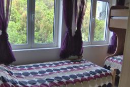 Спальня 2. Черногория, Бигова : Прекрасная вилла с бассейном и видом на море, в 100 метрах от пляжа, 2 гостиные, 4 спальни, 4 ванные комнаты, барбекю, парковка на 3 машины, Wi-Fi