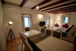 Гостиная. Черногория, Муо : Каменный дом с бассейном и шикарным видом на Бока-Которскую бухту, 4 спальни, 3 ванные комнаты, барбекю, настольный теннис, парковка, Wi-Fi