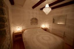 Спальня. Черногория, Муо : Каменный дом с бассейном и шикарным видом на Бока-Которскую бухту, 4 спальни, 3 ванные комнаты, барбекю, настольный теннис, парковка, Wi-Fi